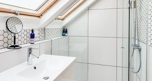 Ein schönes Beispiel für ein kleines Badezimmer. Das Dachfenster lässt viel Natur