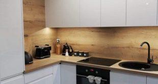 Weiß glänzende Küche in modernem Stil mit ... - #glänzende #Küche #mit #mod...