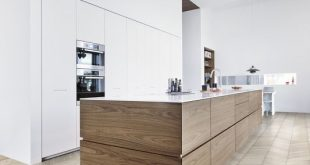 wood lowers + white uppers = beautiful timeless kitchen